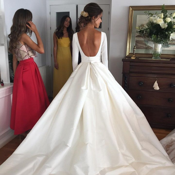 Long sleeve low back wedding dress #weddingdress #weddingown #weddingdresses #weddinggowns #bridaldress