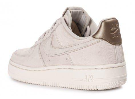 Retrouvez les Chaussures Femme Air Force 1 Premium Suede Gamma grey sur  Chausport, le spécialiste des chaussures, vêtements et accessoires  sportwear.