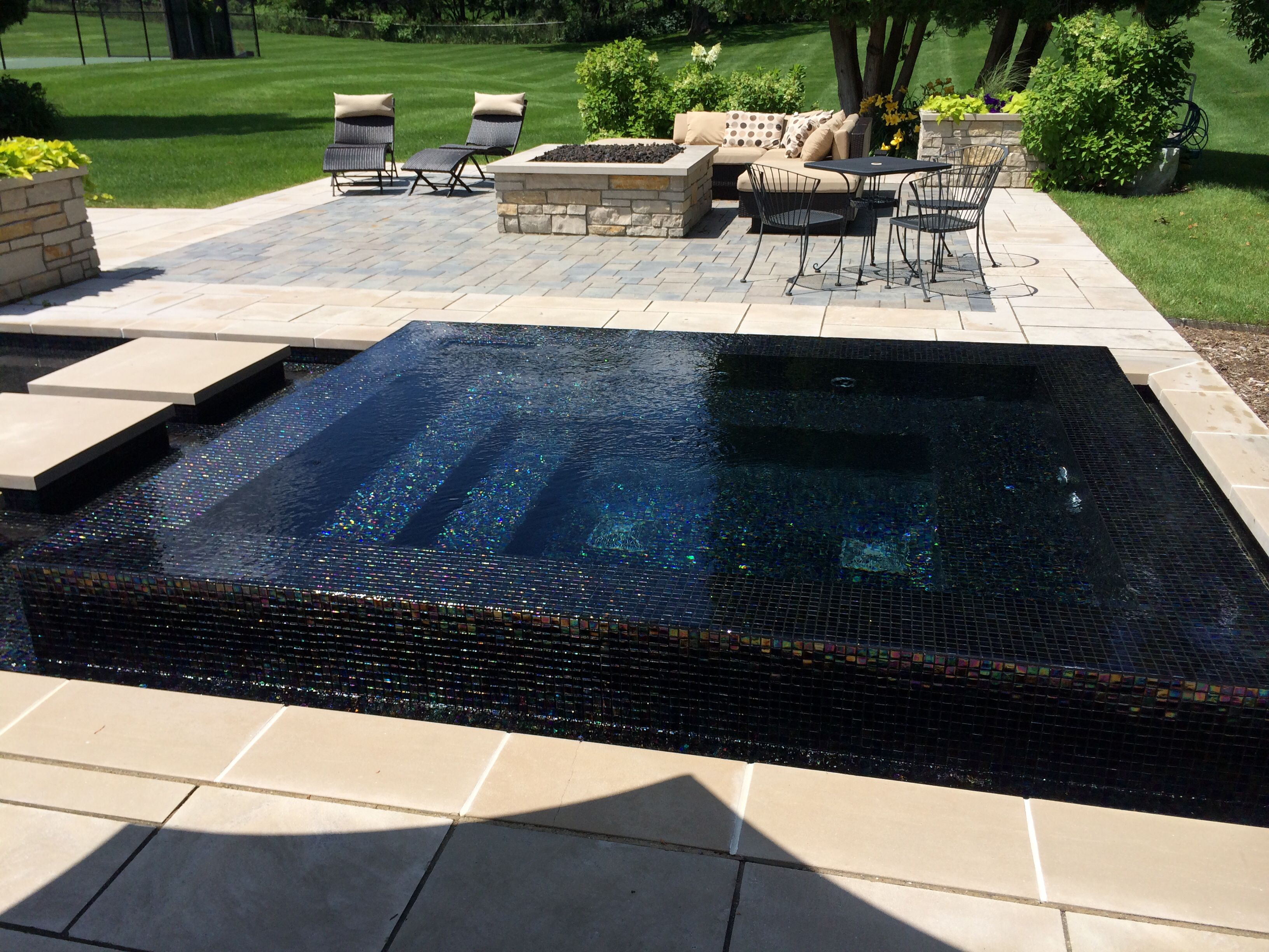 Perimeter Overflow Glass Tile Spa By Www Apexlandscapemi Com Backyard Pool Designs Swimming Pool Designs Pool Designs