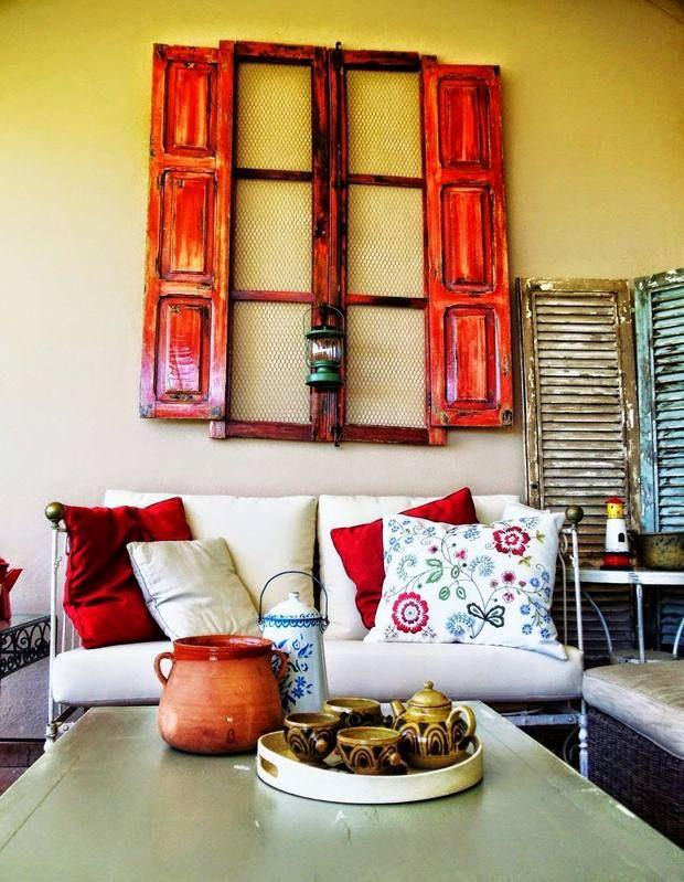 reciclar viejo muro de puertas de madera que cuelga roja marcos de ...