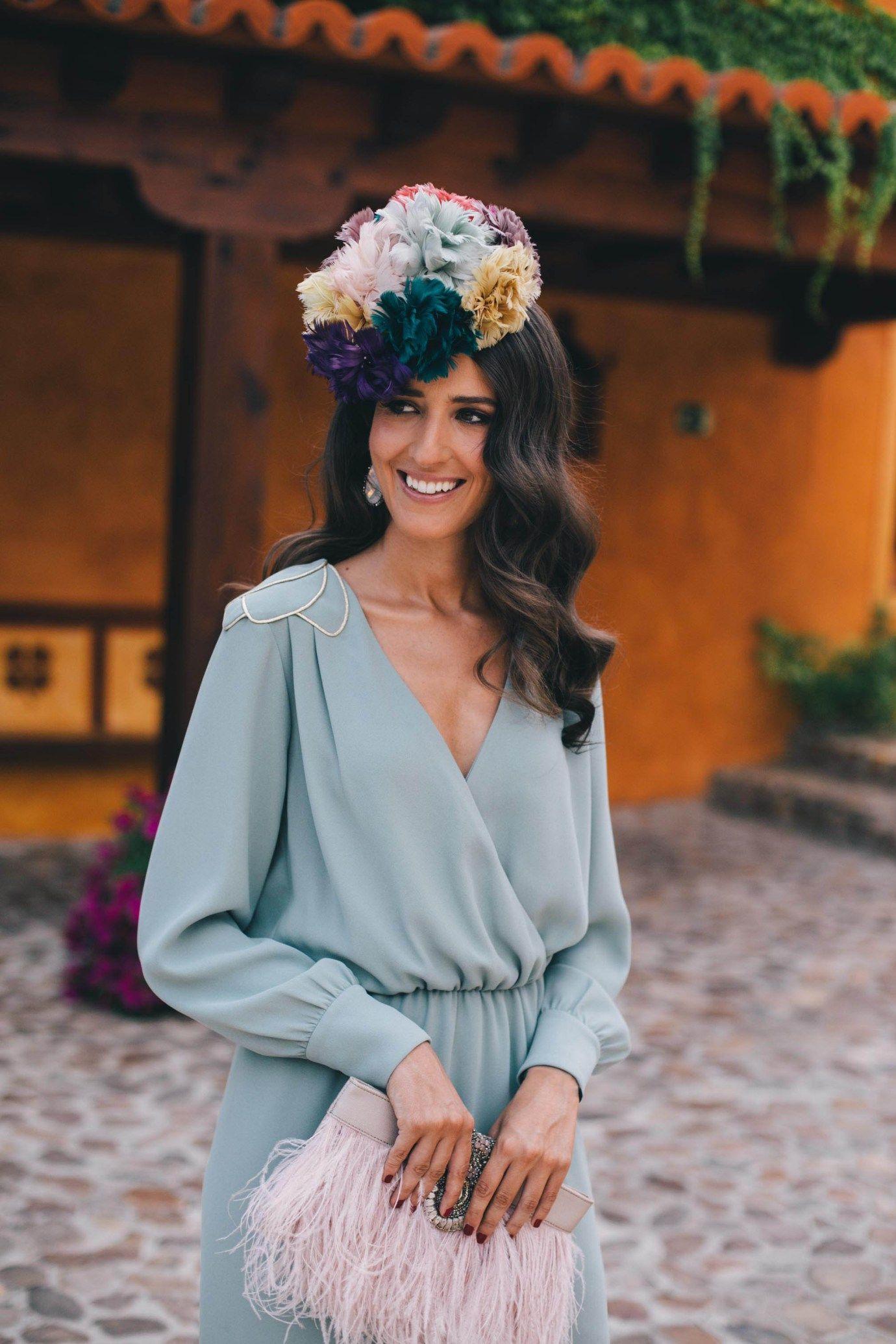 256711b811 Look invitada perfecta boda mañana verde vestido vintage tocado flores  bolso plumas