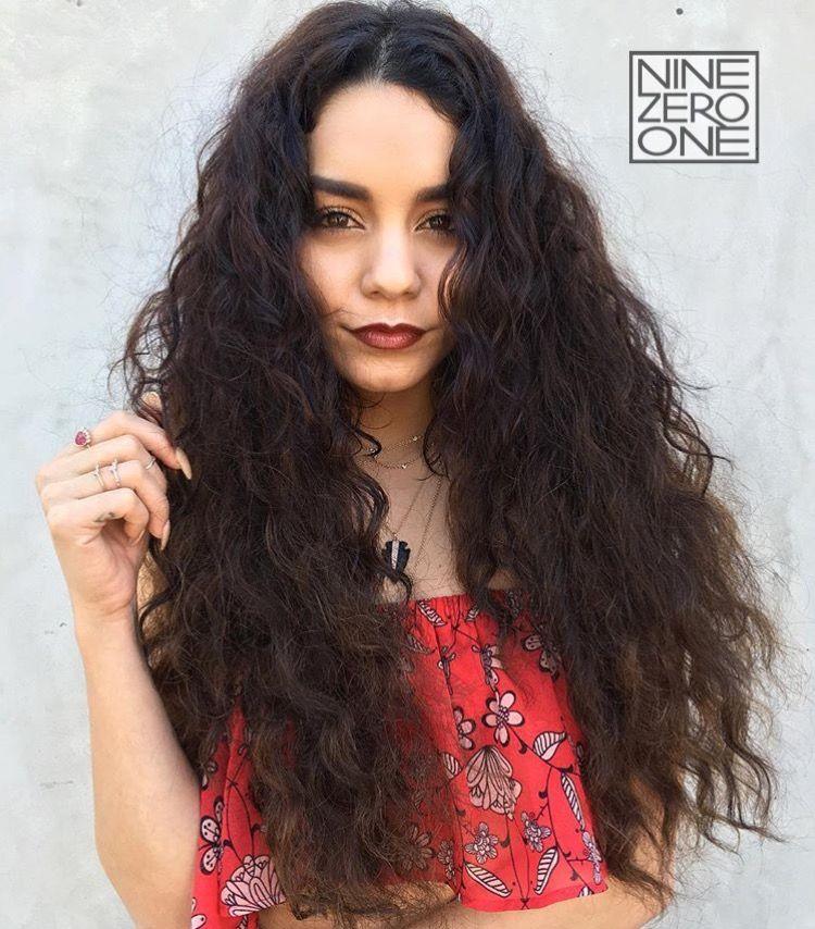 Vanessa Hudgens embracing her natural hair texture! By #901artists Nikki Lee and Riawna Capri. #texturedhair #curls #wavyhair #brunettehair
