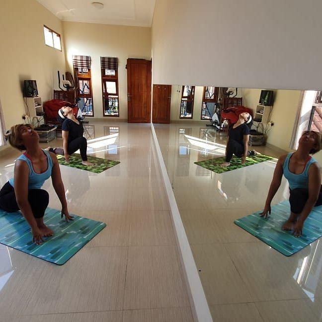 Mirror effect #yoga #yogaposes #yogapractice #yogainspiration #yogafit #yogateacher #yogaeveryday #i...
