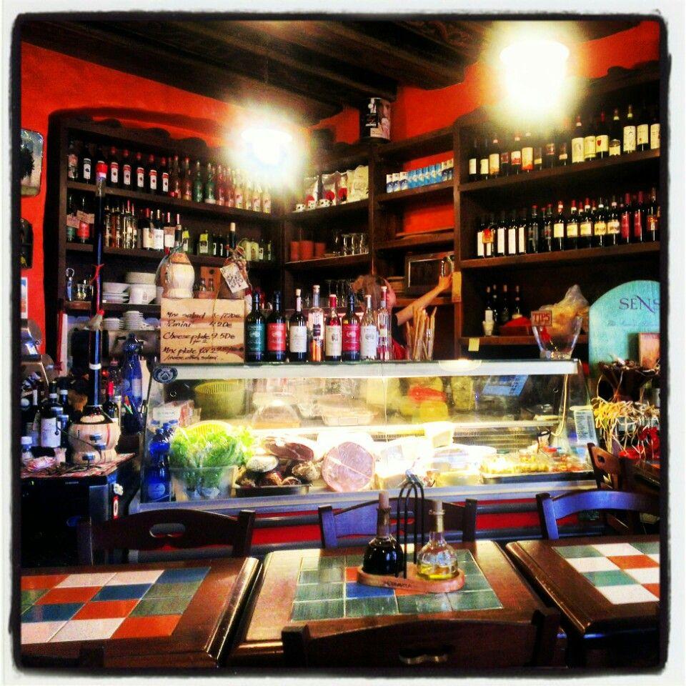 Il Gallo Nero on rustiikkinen pieni italialainen ravintola, jossa Toscanan makuja ja viinejä.
