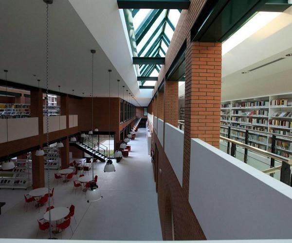 Biblioteca di Paderno Dugnano, progettata da Gae Aulenti