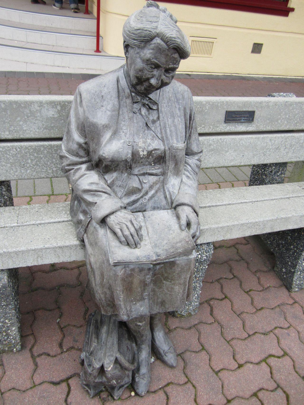 lezende vrouw op een bankje.