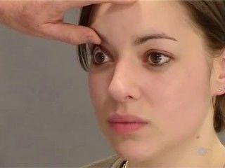 Augenspiegelung. Die Ophthalmoskopie ist eine Methode zur Untersuchung des Augenhintergrunds, also der Innenfläche des Augapfels. Diese Fläche ist normalerweise von außen nicht sichtbar.Bei der Augenspiegelung wird der Augenhintergrund ausgeleuchtet, so dass die unterschiedlichen Strukturen wie Netzhaut, Aderhaut, Sehnervkopf, gelber Fleck und die versorgenden Blutgefäße zu sehen sind. Ein Arzt kann auf diese Weise krankhafte Veränderungen erkennen. #Gesundheit #Augen
