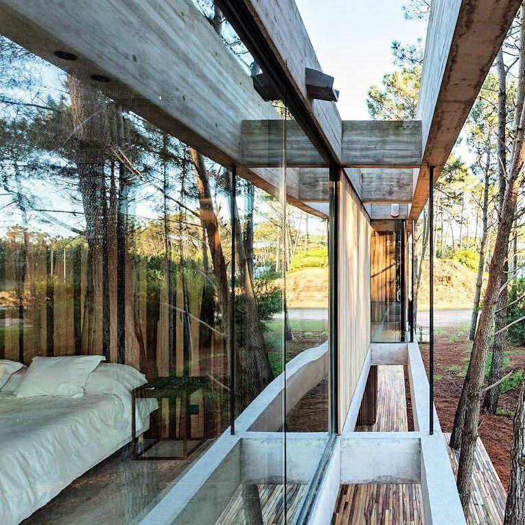Quarto com vista em Pinamar Argentina projetado por ATV Arquitectos #inandoutdecor Room with a view in Pinamar Argentina designed by #atvarquitectos (www.inandoutdecor.com.br) by inandoutdecor