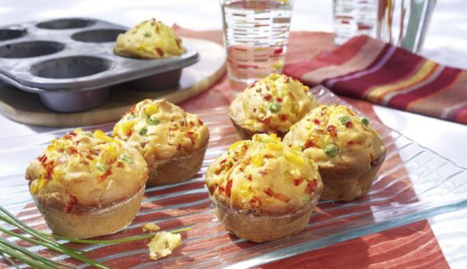 Muffins müssen nicht immer süß sein, damit sie überzeugen können. Unser Rezept für bunte Muffins zeigt sie von ihrer deftigen Seite und vereint den köstlichen Geschmack von buntem Gemüse und gekochtem Schinken