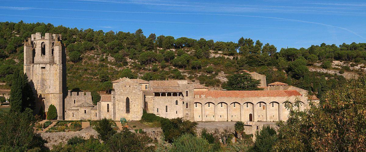 1200px-Panorama_lagrasse_abbaye.jpg (1200×500)