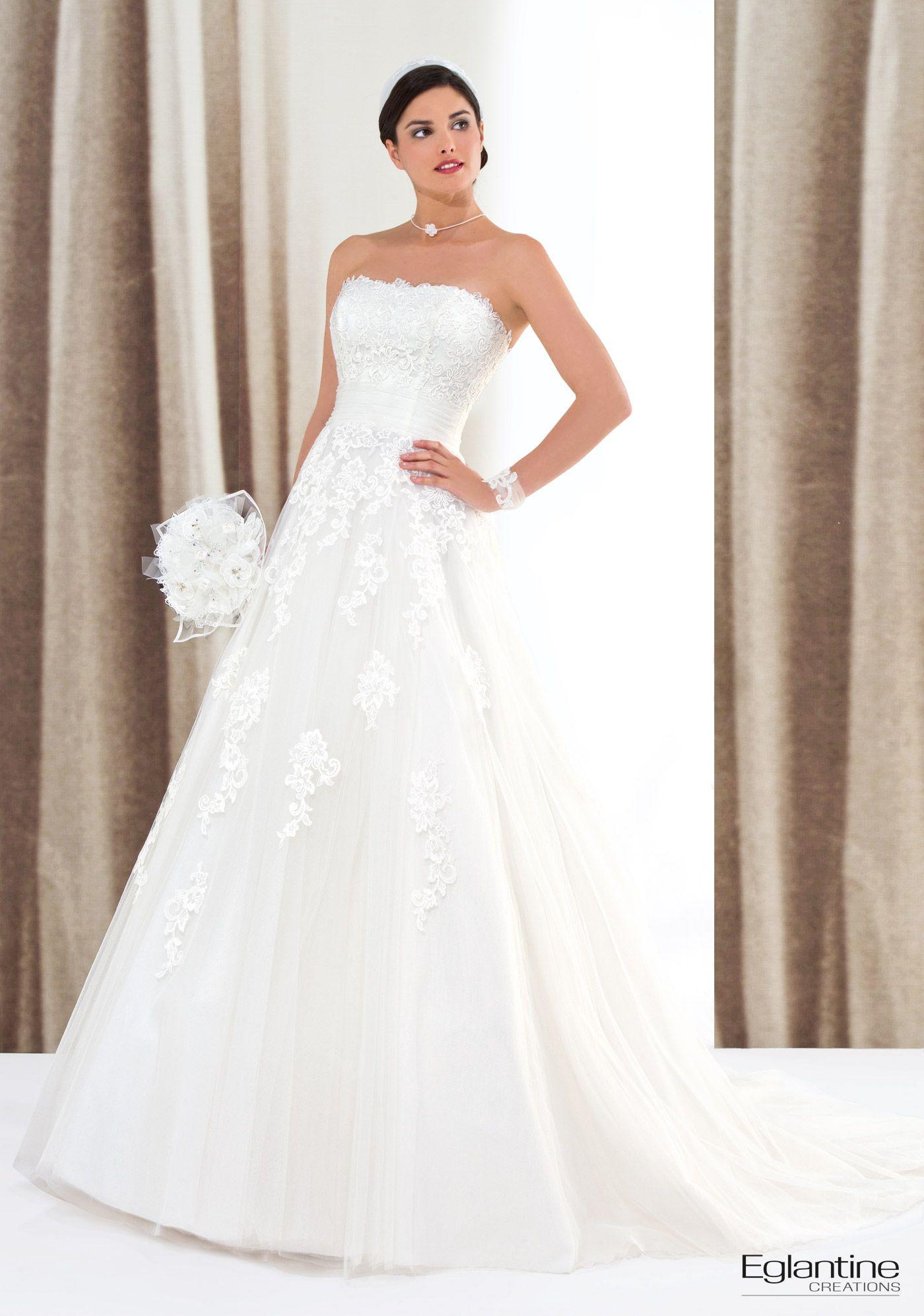 Brautkleid im Empire-Stil aus Spitze und Tüll. Sie können Ihre ...