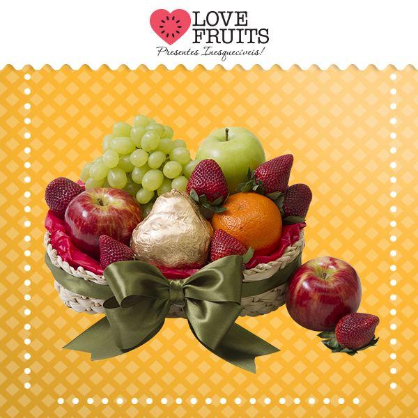#RequinteVerde Maçãs, uvas, morangos, mexerica e uma bela pera Willians completam esse requintado presente!   Presentes emocionantes: http://www.lovefruits.com.br/  #PresentesInesqueciveis #BuqueDeFrutas #PresentesOriginais #PresentesSaudaveis #QualidadeDeVida #LOVEFRUITS