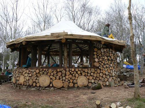 les bois cord c toujours sympa avec les grosses billes encore plus maison de hobbit dans le. Black Bedroom Furniture Sets. Home Design Ideas