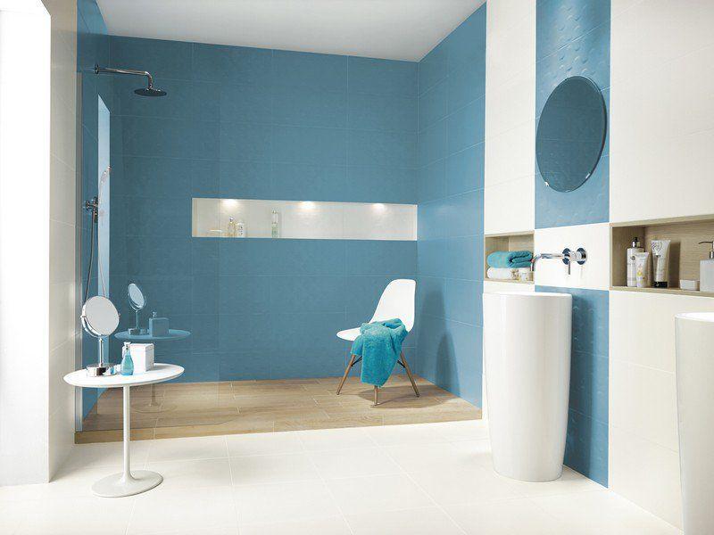 Salle de bain color e d cor e d 39 un carrelage mural bleu for Carrelage salle de bain bleu et blanc