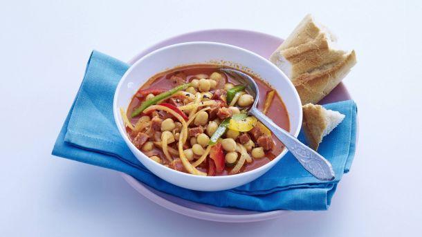 Zin in een vullende maaltijdsoep? Probeer deze Spaanse variant met chorizo en kikkererwten.