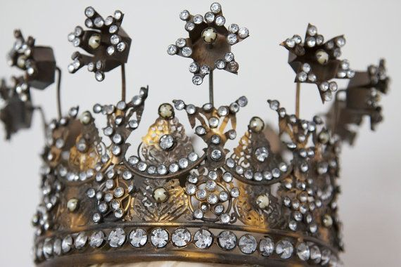 a pretty crown to cut out, although I'd leave out the stemmed stars; [I love collecting crowns]
