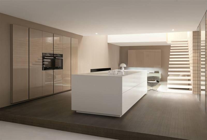 Het witte kookeiland in deze open keuken is gemaakt van composiet