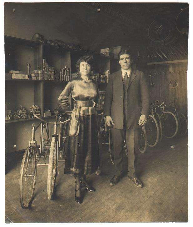 A La Photo On Voit Que Ce N Est Pas Tous Jeune Mais C Est Authentique Retrouvez Tous Sur Labicycle Fr Https Pxlm Old Bicycle Bicycle Maintenance Bicycle
