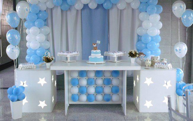 Decoração clean em azul e branco para um chá de bebê masculino bem tradicional. De Decorando Sonhos. Foto: Divulgação