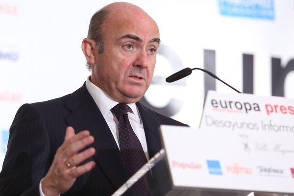 """De Guindos advierte de que si la economía española se desacelera """"habrá que implementar recortes"""" http://bit.ly/1NYIn00 #economia"""