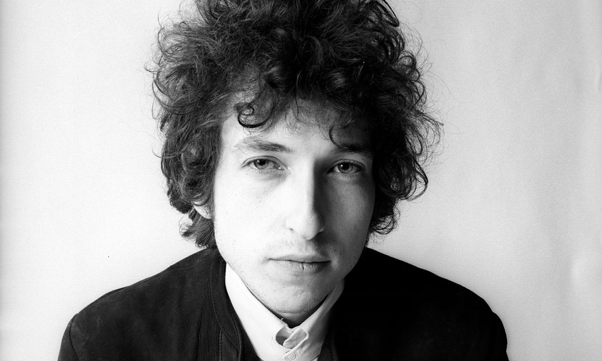 The photographer who shot the sleeve for Dylan's classic 1966 album says its blurry aesthetic was due to his hands shivering in the cold