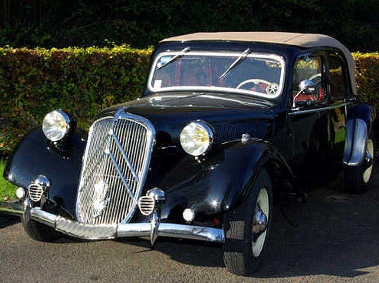Citroën Traction 15 cv découvrable de 1949, produite de 1934 à 1957 à 760 000 exemplaires.