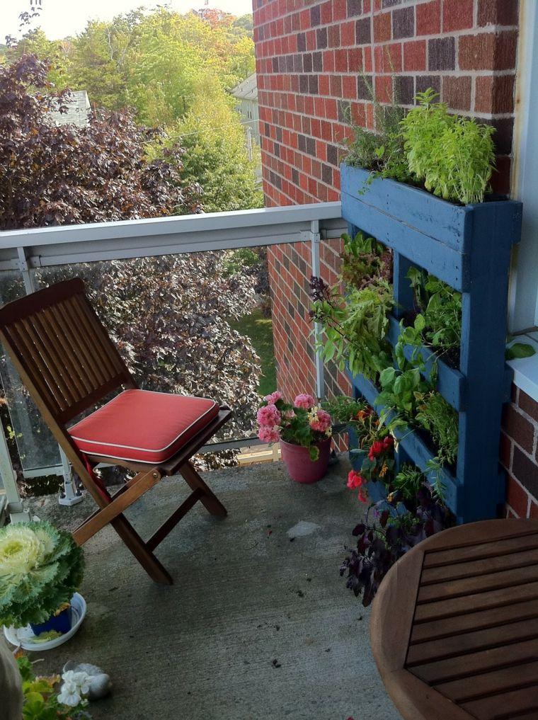 jardin vertical con palets sillas cojines plegables