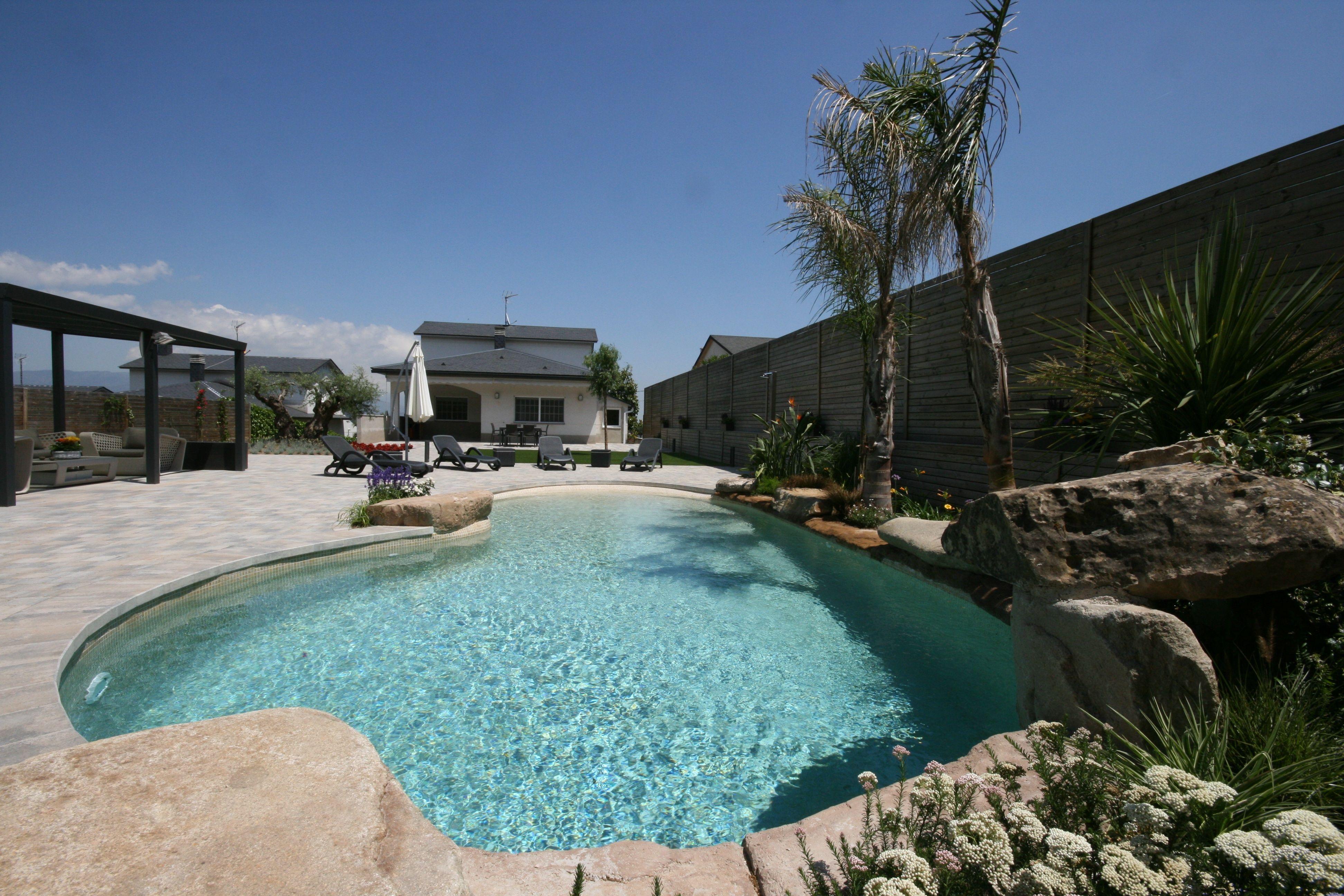 Piscina con entrada efecto playa construida en el valles for Entrada piscina