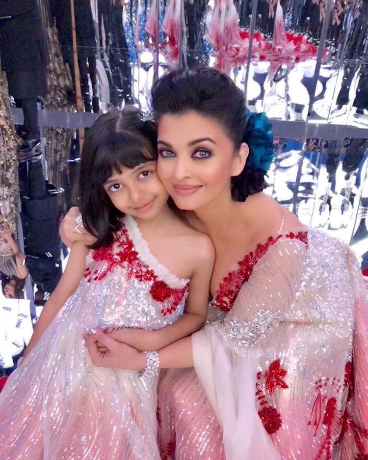 Aishwarya Rai Bachchan S Adorable Moment At Manish Malhotra Show