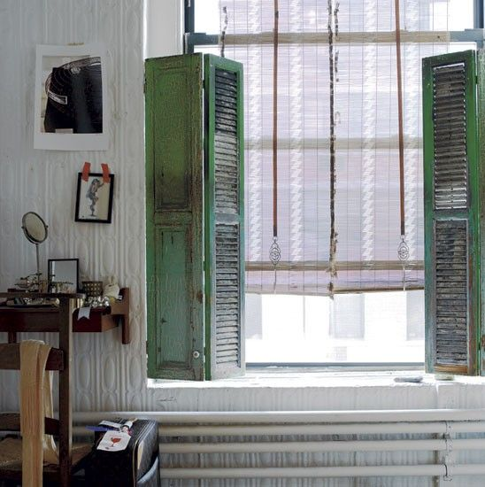 Ambiance bohme chez une styliste Shabby Green shutters and