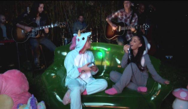 Miley Cyrus Y Ariana Grande Recrean El Gran Hit De Crowded House