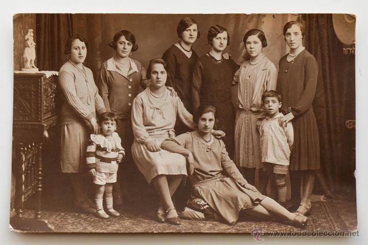 Estupendo retrato de grupo de ocho mujeres y dos niños. -  El Desván de Bartleby C/.Niebla 37. Sevilla
