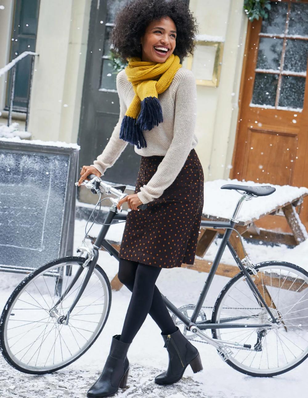 Fahrrad im dem minirock auf Fahrradfahren mit