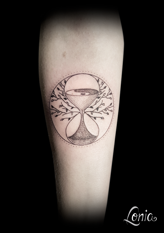 Tatouage Lonia Tattoo Sablier Temps Yin Yang Arbre Feuille Dotwork