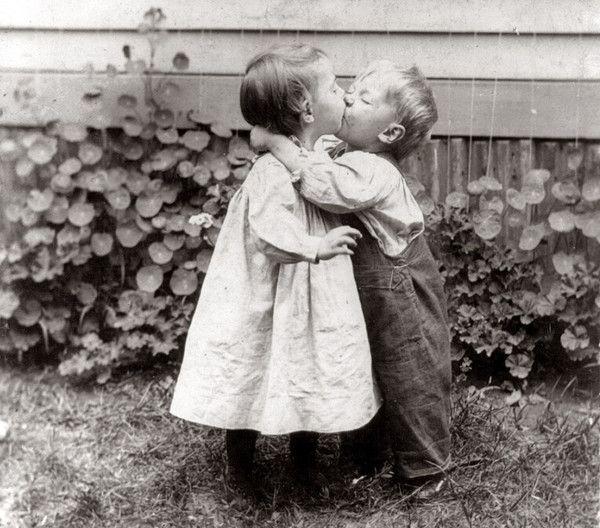 Bisous Et Tendresse Denfants Photo Noir Et Blanc Amour