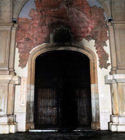 Unos desconocidos prenden un fuego en la puerta santuario de Misericordia de Reus con unos neumáticos