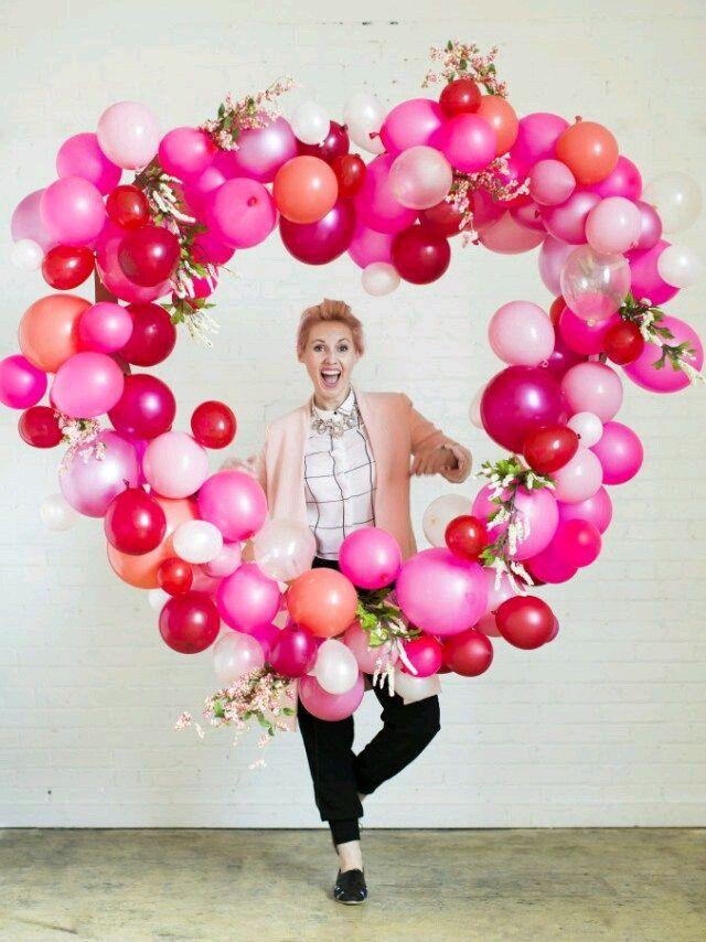 C mo hacer un marco de coraz n gigante con globos globo - Como decorar un marco de fotos ...