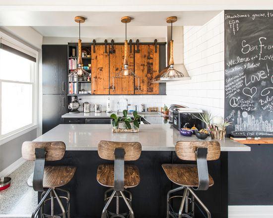 Vale a pena investir em objetos antigos para sua decoração industrial de cozinha . Utensílios como panelas, balanças, armários, tudo isso bem rústicos.