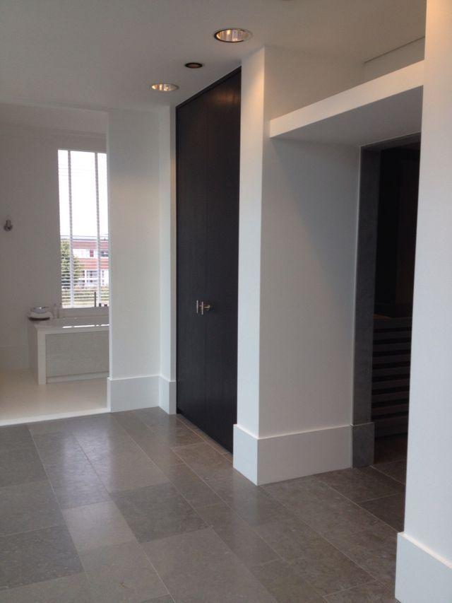 donkere deuren hal, deurbeslag, grijze tegel, hoge plinten KS ...