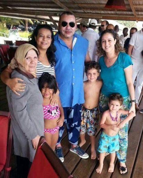 Le Roi Mohammed VI avec une famille en Côte d'Ivoire
