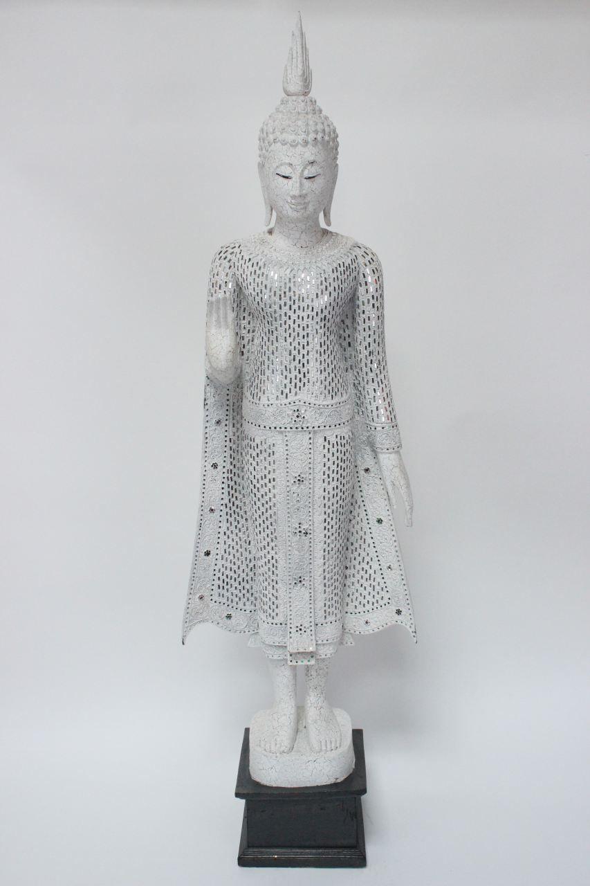edle wochentags montag buddha figur aus holz in weiss die buddha statue wurde
