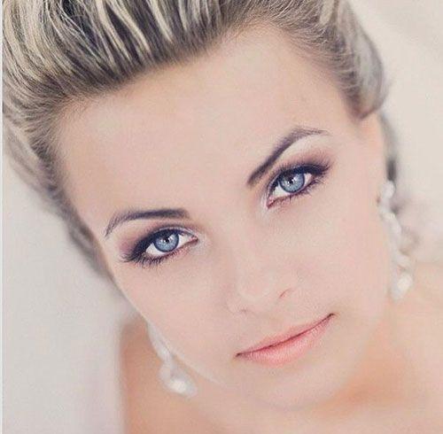 Pour mettre en valeur vos yeux bleus le jour de votre mariage, il faut  adopter le bon maquillage de mariée. Éviter les couleurs flashy, trop  agressives