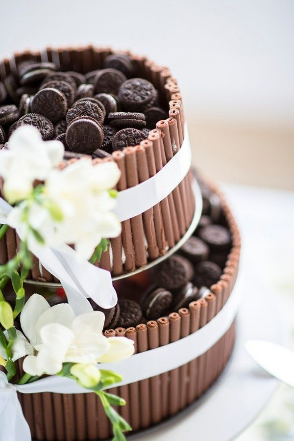 It's National Oreo Cookie Day and we couldn't help but celebrate with a tasty DIY! Personally, we love it when couples put a twist on their wedding desserts -