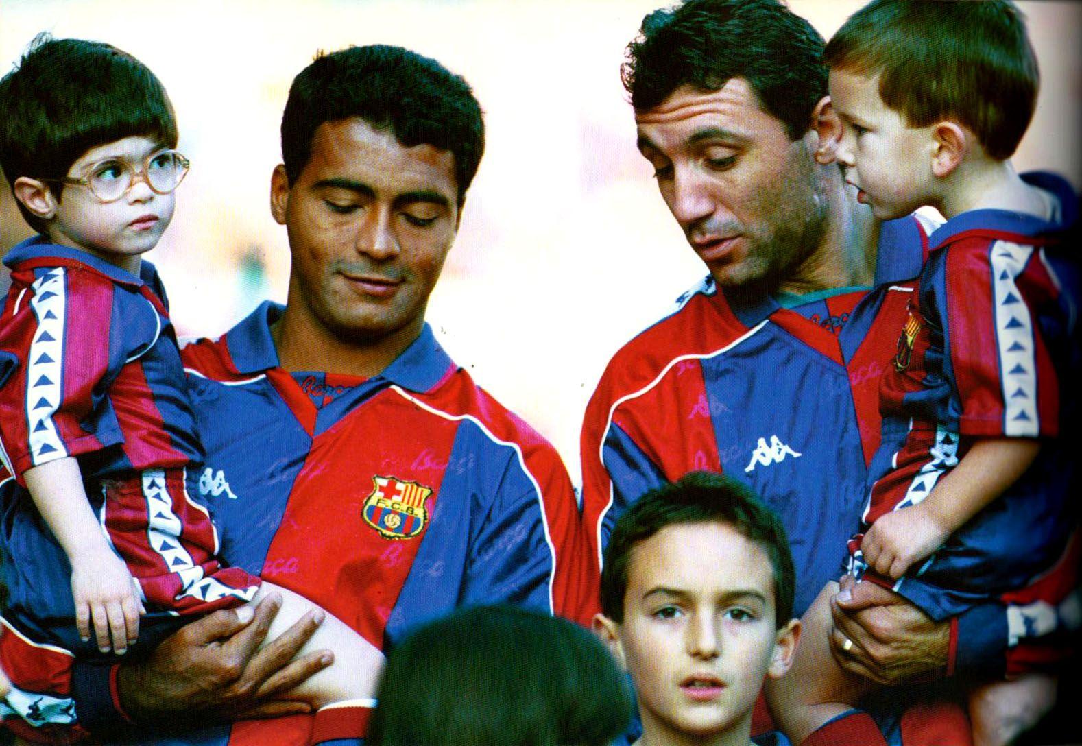 Romario i Stoichkov amb un grup de nens