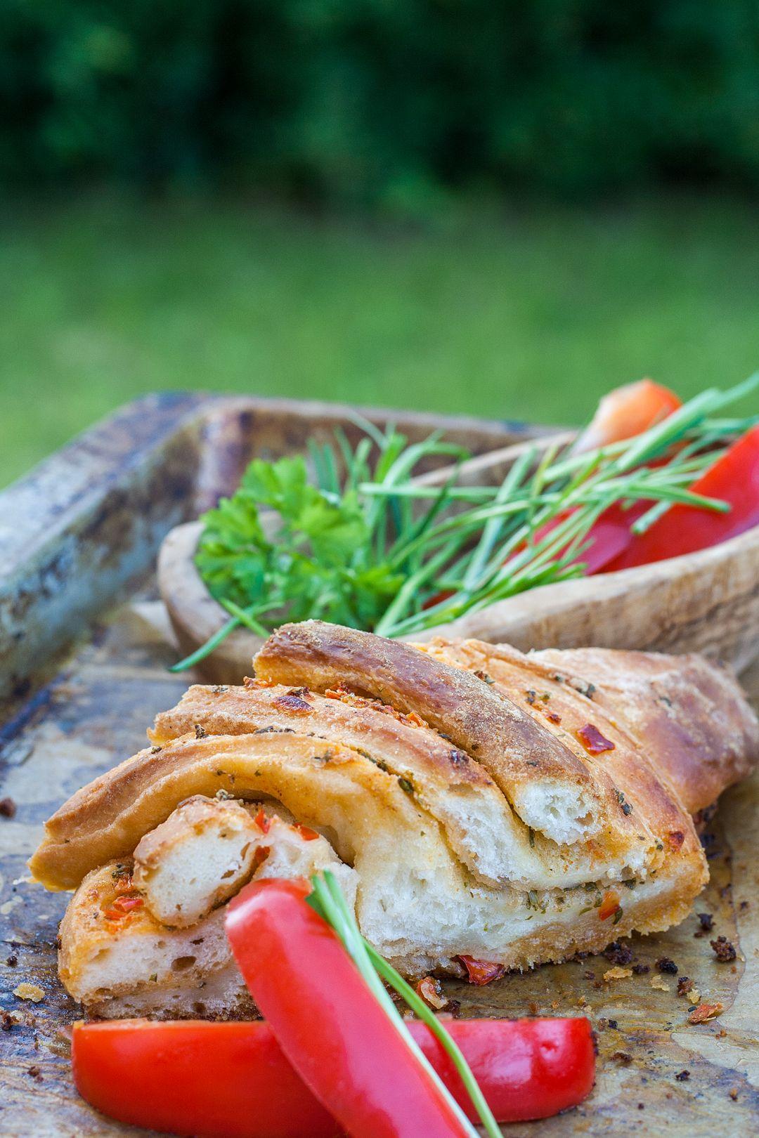 zupfbrot mit einer butter-paprika-füllung, perekt zum grillen