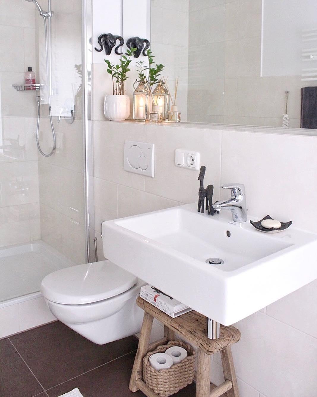 Bathroom Goals In Diesem Hellen Badezimmer Stimmt Jedes Detail Der Einzigartige Hocker Lawas Aus Teakholz So Badezimmer Ablage Bad Einrichten Badezimmer Holz