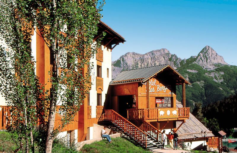 Hotel en Aparthotel Club du Soleil Les Bergers is een fraai in het landschap passend hotel. Het wordt je aangeboden in een aantrekkelijk all inclusive-formule. Ideaal hotel voor een familievakantie in de zonnige Zuid-Alpen. Naar het gezellige stadje Barcelonette, beneden in het dal, is het ca. 10 km. Ook is het leuk om een ritje te maken naar het ca. 30 km verderop gelegen stuwmeer van Serre-Ponçon. Pra-Loup ligt aan de rand van het Nationale Natuurpark van Mercantour. Officiële categorie…