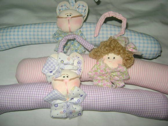 conjunto com três cabides, feitos com tecido 100% algodão e enchimento ante alérgico motivo de boneca ou boneco e vários modelos de bichinhos R$ 26,00