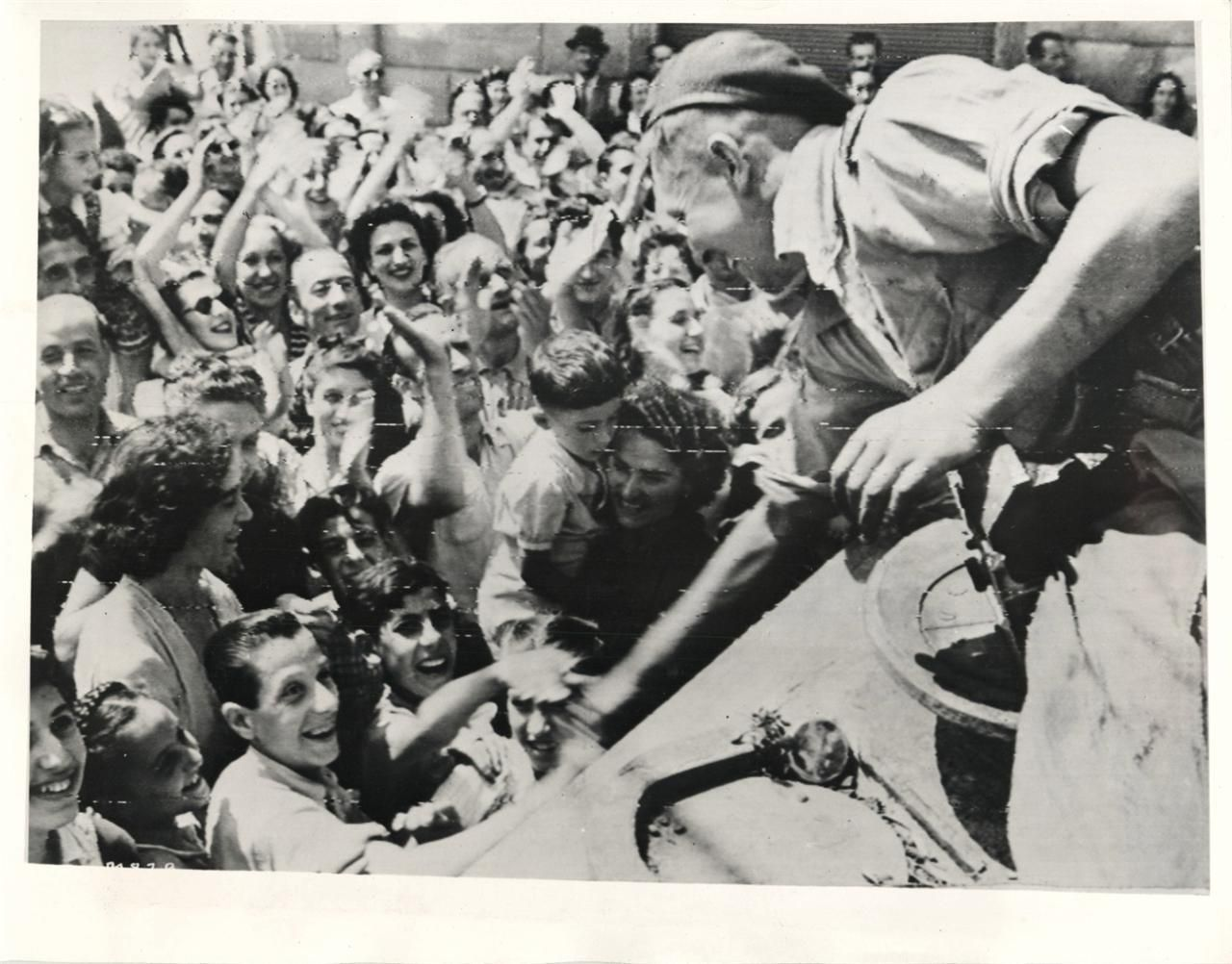 1944 South African Tank Crew Spearheading The Allied Drive Into Florence Italy Receives Joyous Welcome Fr World War Ii The Greatest Generation Wwii