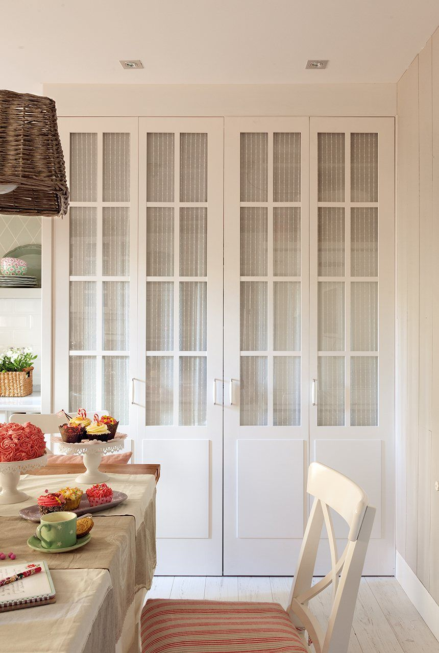 Una casa con papel protagonista armarios puertas armarios empotrados cocinas blancas y Visillos para puertas